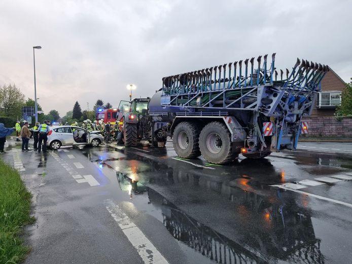 Op de kruising van de Dinxperloer Strasse en de Zur Demmingsbrücke in Suderwick zijn een bestuurder van een auto en een baby gewond geraakt bij een aanrijding.