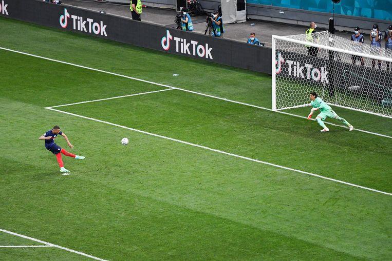 Kylian Mbappé mist zijn strafschop tegen Zwitserland, waardoor Frankrijk het EK moest verlaten. Beeld Photo News