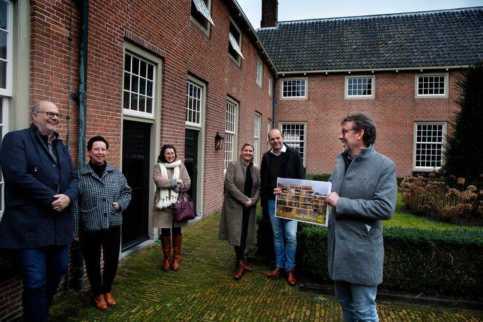 Johan en Marina Boonekamp (links), huisarts Christina Noppe, Betsy Zwiers en Dietward Bruin en Gerrit de Kock van MZ Vastgoed in de binnentuin van het Hofje van Mevrouw Van Aerden.