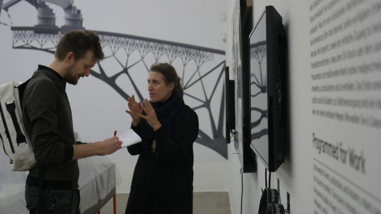 Onze reporter met Amelie Klein in het Vitra Design Museum in Weil am Rhein. Beeld rv Freek Evers