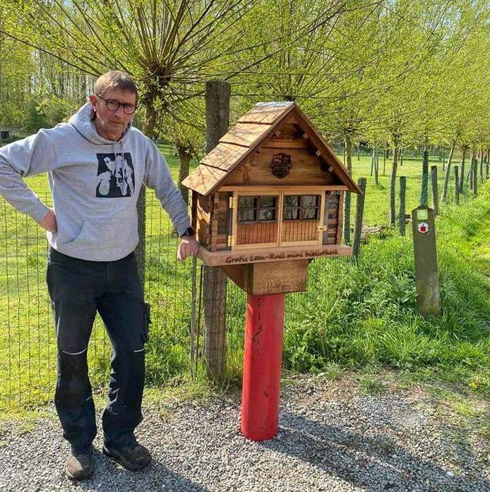 Dankzij Luk van Cauteren is er nu ook een mini- of ruilbibliotheek aan het kapelletje van Landries te vinden.
