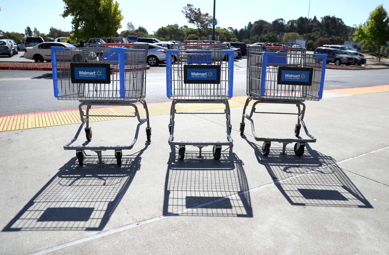 Winkelwagens van de Amerikaanse warenhuisketen Walmart in Richmond, Californië.