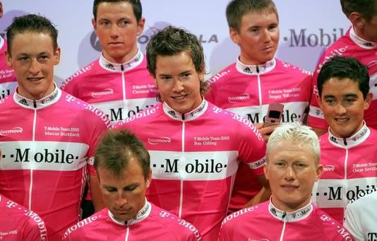 Bas Gilling (midden) bij T-Mobile in 2005.