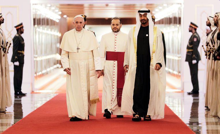 Paus Franciscus wordt verwelkomd door sjeik Mohammed bin Zayed Al Nahyan, kroonprins van de Verenigde Arabische Emiraten, op de luchthaven van Abu Dhabi. Beeld AP