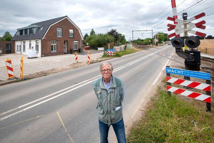 Feike Vlas bij de spoorwegovergang in Elst die nu gaat verdwijnen. ,,Vlakbij de overgang was een halteplaats. Het houten gebouwtje van de overwegwachter bij deze halteplaats is nu te zien in het Spoorwegmuseum in Utrecht.''