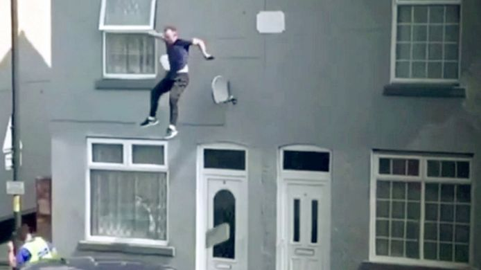 Un homme saute d'un toit pour échapper à la police en Angleterre.