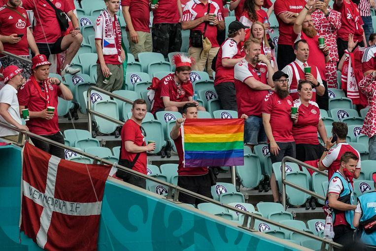 Een Deense man maakt een statement voor homorechten op de tribune in Bakoe, nog voor hij door veiligheidsmedewerkers wordt gesommeerd de vlag op te bergen.  Beeld AP