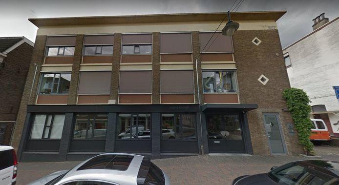 Het pand in de Bloemstraat in Arnhem. De foto dateert uit 2018. Sinds vorig jaar huist er een Syrisch restaurant- en supermarkt in het pand.