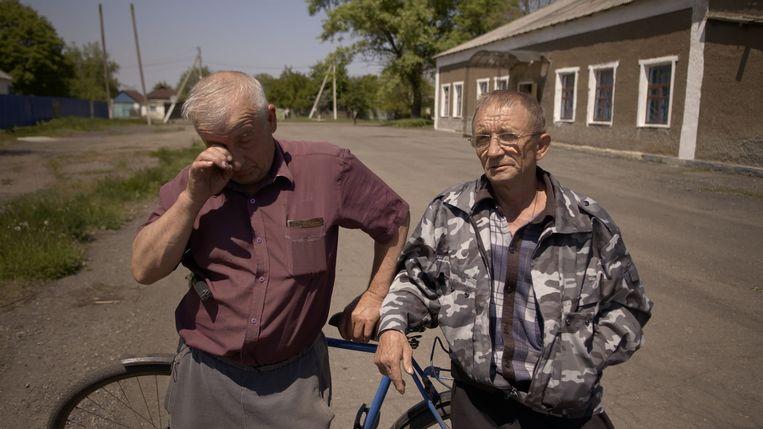 Twee dorpsbewoners in Oekraïne. Beeld .