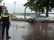 Automobilist gewond na botsing met bus op Nijmeegse Waalkade