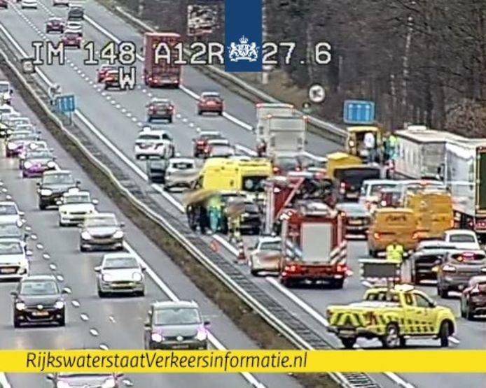 Door een ongeval op de A12 bij Arnhem zijn twee rijstroken dicht.