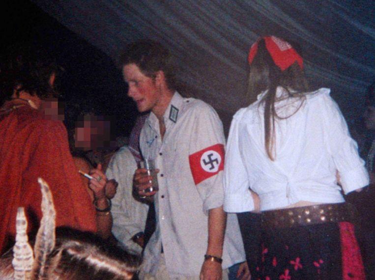 Harry verkleedt zich als nazi, in 2005. Beeld The sun