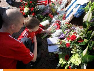 Dirk Kuyt leest psalm voor bij herdenking Hillsboroughramp