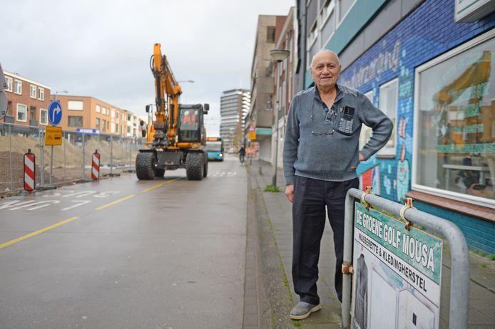 De Haaksbergerstraat is tot maart 2021 nog opgebroken, maar de winkels zijn bereikbaar. Toch ziet Samir Mousa zijn omzet met 80 procent dalen.