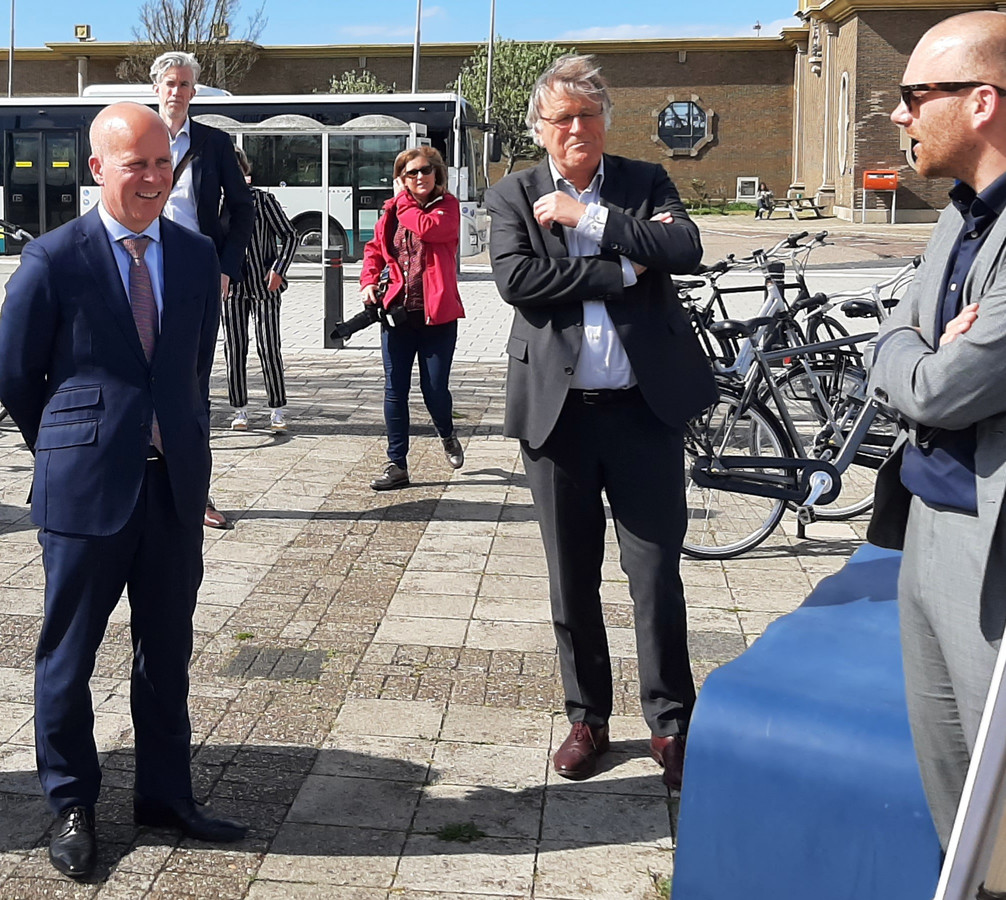 Staatssecretaris Raymond Knops (links) en uitvoeringsregisseur van Wind in de Zeilen Siebe Riedstra (midden) luisteren naar de Vlissingse wethouder Sem Stroosnijder.