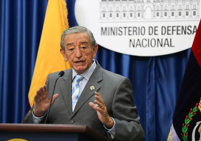Minister van Defensie Oswaldo Jarrín tijdens een persconferentie. Beeld EPA