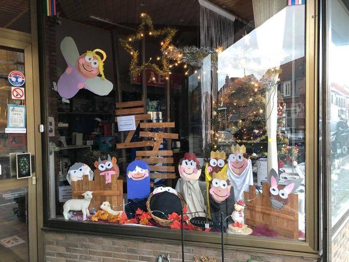 Ook hier en daar in de etalage van een winkel staat er een kerststal of kersttafereel. Zoals hier bij elektro Vandepoutte in de Beselarestraat in Beselare