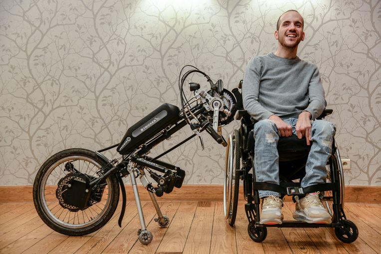 """Jenti De Smet is van kleinsaf gekluisterd aan een rolstoel. """"Dankzij het televisieprogramma heb ik weer een doel voor ogen"""", zegt hij. """"Ik geniet van het leven."""""""
