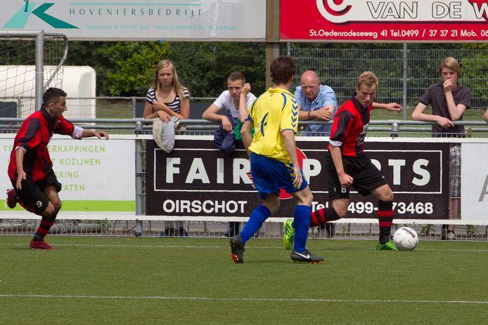 Xander Scheepens in 2014 aan de bal voor Best Vooruit thuis tegen Sarto.