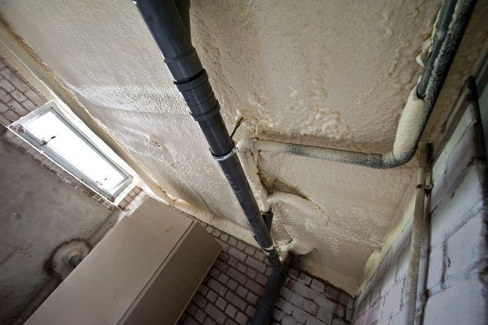 Foto ter illustratie. Het plafond van een kelder behandeld met purschuim.