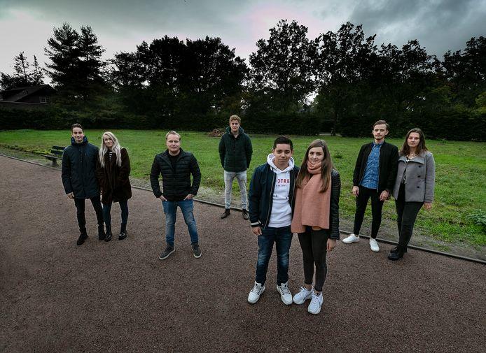 Acht van de negen jongeren op de plek in Walsberg waar ze graag een startershuis willen bouwen.