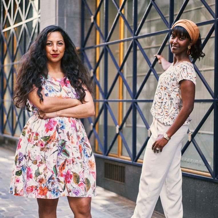 """Zelfa Madhloum en Ayan Mohamud Yusuf. Madhloum: 'Wij doen keihard ons best en toch wordt er ook tegen ons gezegd: 'Keer terug. Je hoort er niet bij.'"""" Beeld Thomas Sweertvaegher"""