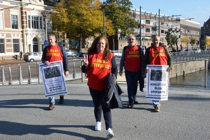 De ouders van Bergün en Betül Varan protesteerden eerder dit jaar al tegen de situatie van hun dochters, die Turkije niet uit mochten na hun detentie daar. Ze werden opgepakt vanwege hun lidmaatschap van een muzikale protestgroep. Nu is de jongste opnieuw gearresteerd.