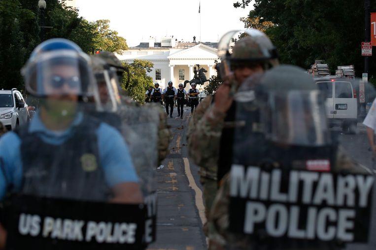 Politietroepen vegen op 1 juni vorig jaar het gebied rond Lafayette Square nabij het Witte Huis schoon, waar demonstranten op dat moment betogen tegen de dood van George Floyd. Beeld AP