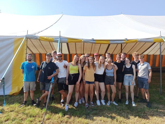 De volledige crew had net de gigantische tent opgezet.