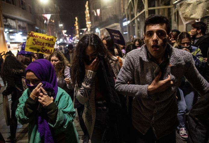 De betogers hebben last van traangas.
