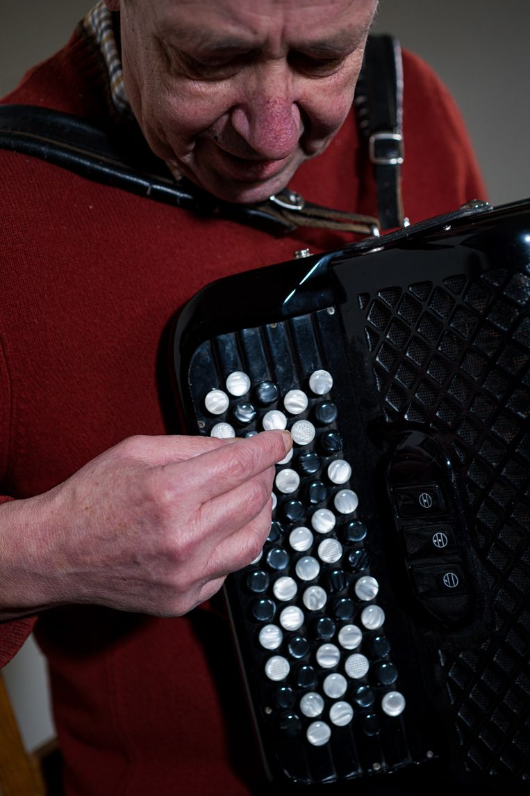 Johan Kips huurt een accordeon. 'Je moet met twee handen zeer kleine toetsen bespelen en je kunt ze ook niet zien. Ik kan je verzekeren: dat is niet evident.' Beeld Wouter Van Vooren