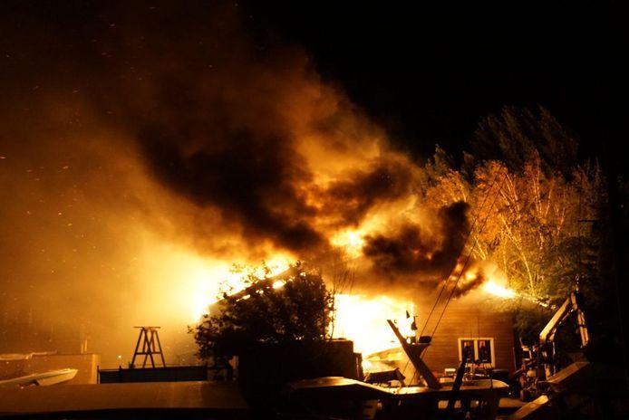 De uitslaande brand in het bedrijfspand in Hasselt.