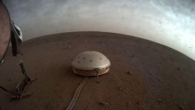 Dit koepelvormige toestel op het oppervlak van Mars is de SEIS-seismometer, onderdeel van de InSight lander.  Beeld AP