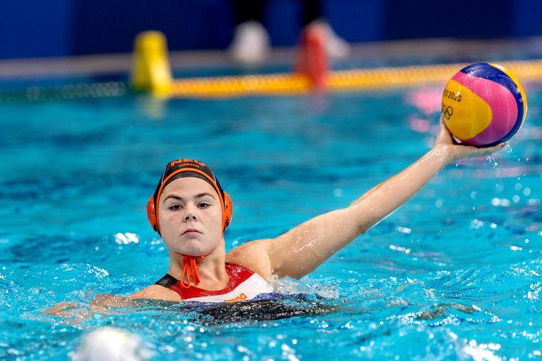 Simone van de Kraats van de Nederlandse waterpoloploeg tijdens het verloren duel tegen Australië. Beeld Pro Shots / Thomas Bakker