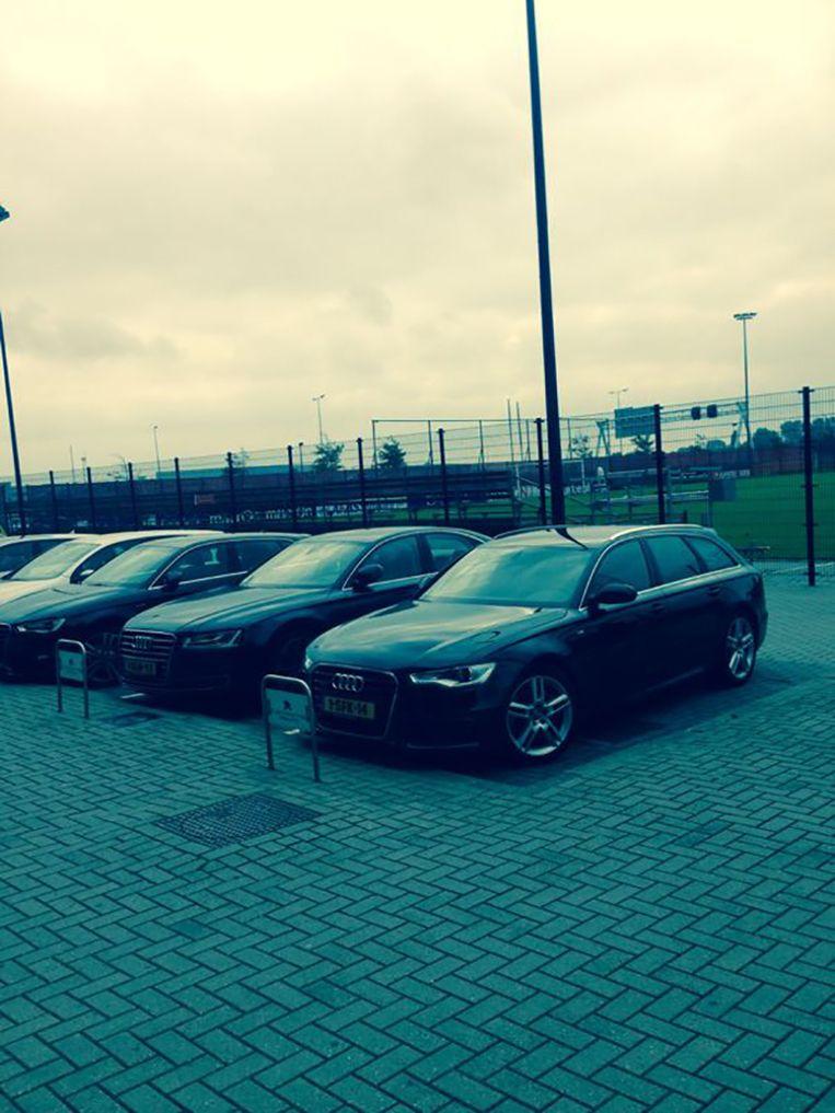 John van den Brom parkeerde zijn auto op de meest besproken parkeerplek in Nederland: die van hoofdtrainer van AZ. Beeld Nik Kok