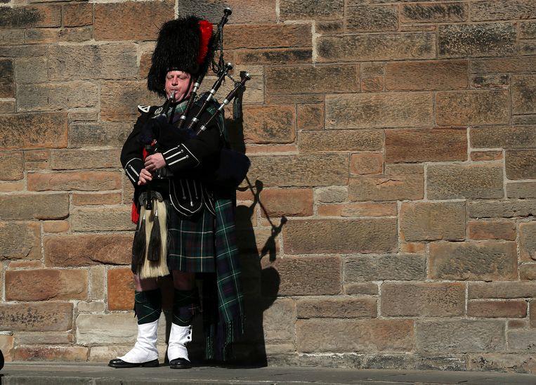 Een doedelzakspeler speelt op de Royal Mile in Edinburgh, Schotland.  Beeld AP