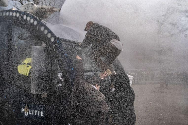 Demonstranten op het Museumplein in Amsterdam botsen met de ME. Beeld Joris van Gennip
