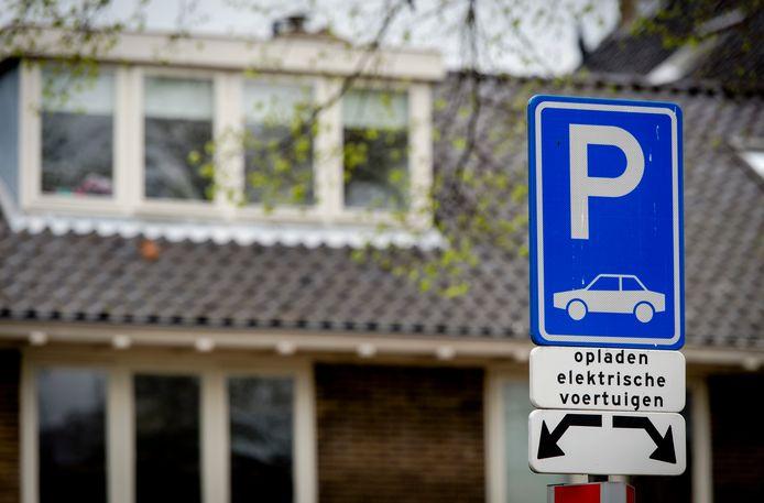 Elektrische rijders moeten geduld hebben voordat er een laadpaal in de buurt staat.