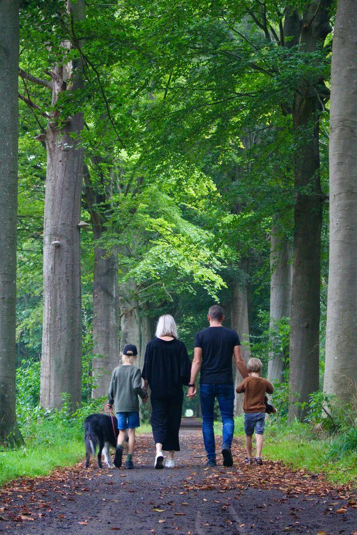 Papa Lode, mama Tineke, Warre en Wout in het bos: het gezin zoekt steun bij mekaar.