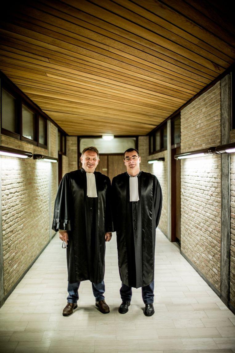 Afdelingsgriffier Henk Bruneel (rechts) tegen Geert Vandaele: 'Als ik je op tv bezig zie, schrik ik vooral van de smoelen die je trekt. Meestal zit ik naast jou en zie ik dat niet.' Beeld