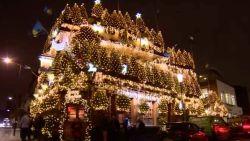 Britse pub versierd met 95 volledige kerstbomen