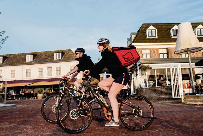 Eigenaar Jort Brink met zijn collega Isabelle in betere tijden: als bezorgers van eten op elektrische mountainbikes.