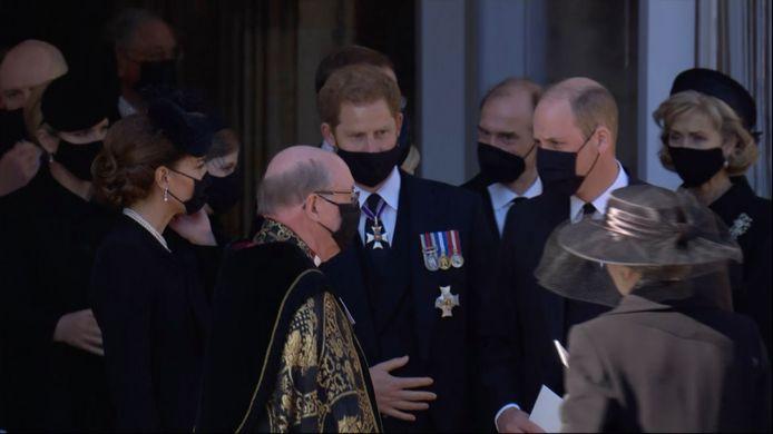 Harry William en Kate lopen samen met Harry de kerk uit.