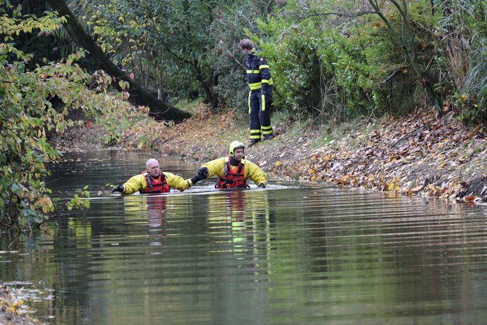 Het oppervlakte reddingsteam zoekt in het water bij de Bachlaan in Waalwijk naar sporen.