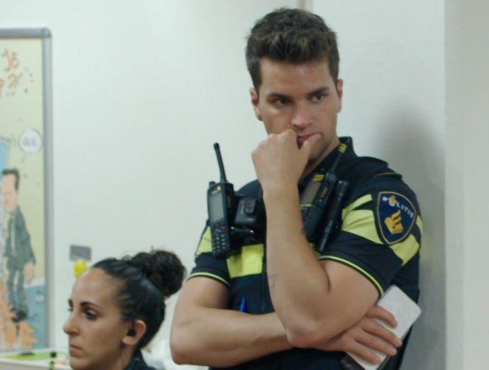 Agent Jelle tijdens de zogenoemde debriefing op het bureau, na het incident.