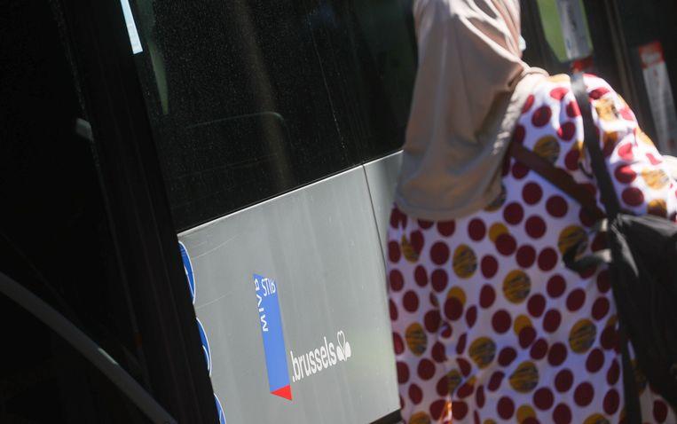 Een moslima neemt het openbaar vervoer in Brussel. Beeld BELGA