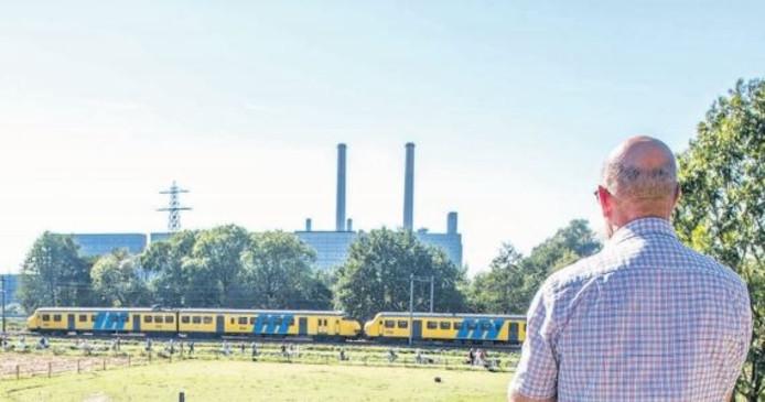 Tientallen belangstellenden, waaronder de familie Van Wal, zagen de laatste rit van de Apenkop, nabij de Oude IJsselcentrale. Foto: Frans Paalman