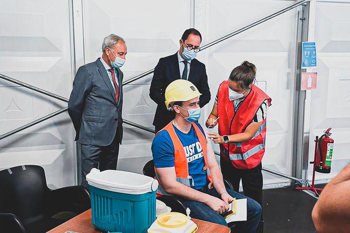 Op de MPET-terminal in Doel werden maandag de eerste buitenlandse zeevaarders ingeënt met een covid-vaccin onder goedkeurend oog van minister Van Quickenborne.