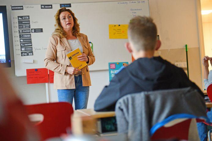 Jolanda Luimes vertelt op basisschool De Keikamp over de twaalf Geesterse oorlogsslachtoffers.