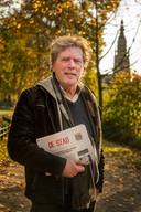 BREDA - Hans Thoolen in park Valkenberg. De krant in zijn hand is een geschenk, een speciale editie met meer dan tachtig verhalen geschreven door mensen waarmee Hans heeft samen gewerkt.